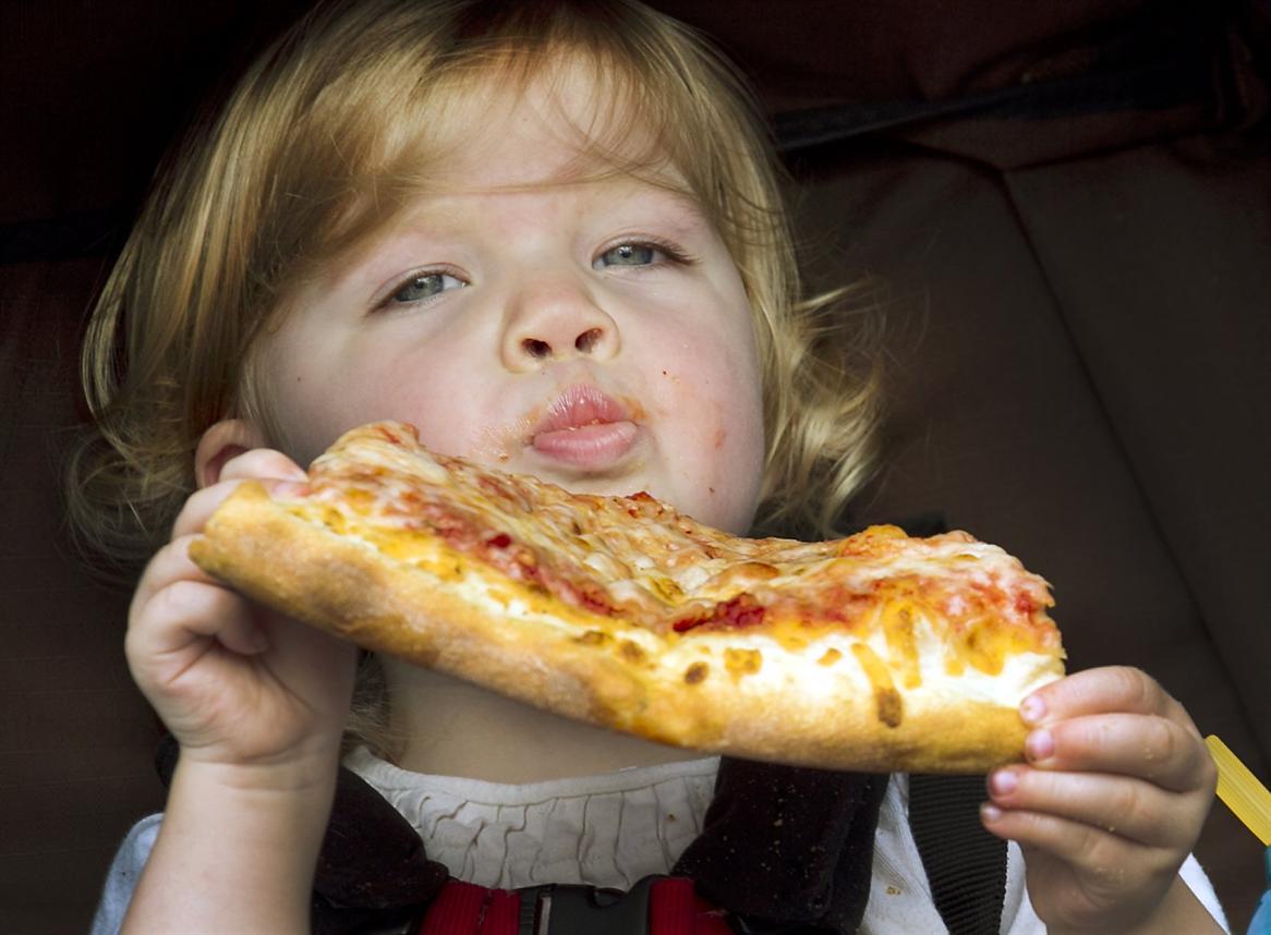 Дети едят пиццу фото